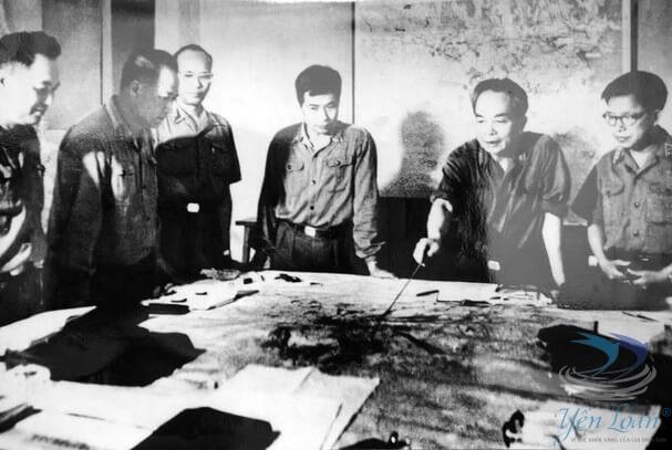 Các cán bộ của quân ủy trung ương theo dõi diễn biến chiến dịch Hồ Chí Minh, tháng 4.1975.