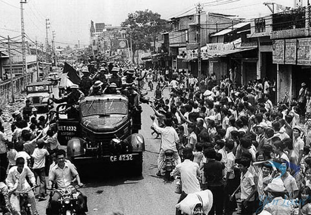 Quân giải phóng ăn mừng chiến thắng với người dân trên đường di chuyển tiến vào thành phố